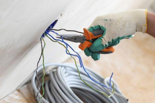 Odborné práce raději přenechejte řemeslníkovi s patřičným vzděláním, zdroj: shutterstock.com