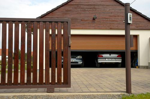 Automatická garážová vrata a pojezdová brána, zdroj: unoal.cz